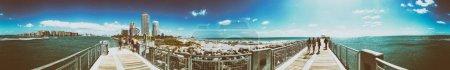 Photo pour MIAMI BEACH, FL - 30 MARS 2018 : jetée de South Pointe, vue panoramique sur Miami South Beach et les touristes . - image libre de droit