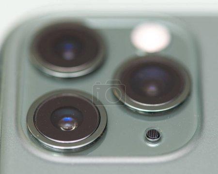 Photo pour Innovation technologique triple caméra sur téléphone portable. - image libre de droit