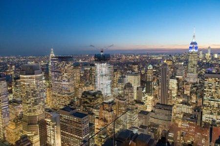 Photo pour Superbe ligne aérienne panoramique du coucher du soleil de Manhattan depuis un point d'observation élevé, New York, États-Unis - image libre de droit