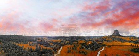 Photo pour Vue aérienne panoramique du monument national de la tour Devils au coucher du soleil d'été, Wyoming du point de vue des drones . - image libre de droit