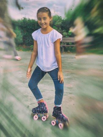 Photo pour Bonne jeune fille patinant dans un parc de la ville. - image libre de droit