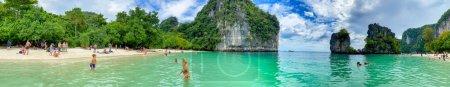 Photo pour PHUKET, THAÏLANDE - 18 DÉCEMBRE 2019 : Les touristes apprécient la belle lagune de l'île de Hong. Vue panoramique. - image libre de droit
