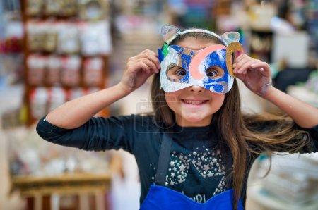 Photo pour Jeune fille apprenant à créer un masque. Laboratoire enfants. - image libre de droit