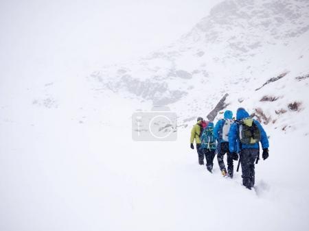 Photo pour L'équipe d'alpinistes se promène dans la neige fraîche lors d'une expédition hivernale. Alpes d'Italie occidentale, Europe . - image libre de droit