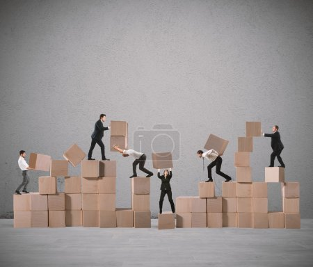 Photo pour Équipe de gens d'affaires construire une construction avec des cubes de bois - image libre de droit