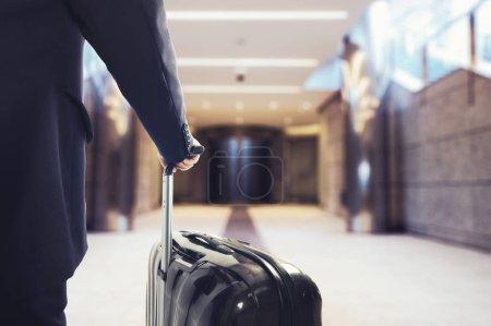 Homme d'affaires marchant dans l'aéroport