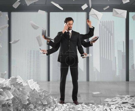 Photo pour Homme d'affaires résoudre des problèmes multitâches avec des documents de la bureaucratie et de la paperasserie sur fond - image libre de droit