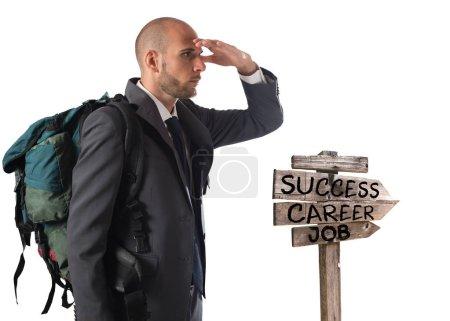 Photo pour Homme d'affaires avec sac à dos explorer suit les flèches directionnelles - image libre de droit