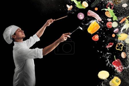 Photo pour Le chef crée une harmonie musicale avec de la nourriture - image libre de droit