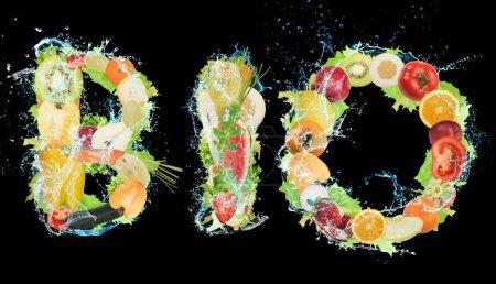 Photo pour Fruits et légumes formant le mot bio. Aliments bio sains pour le concept de bien-être - image libre de droit
