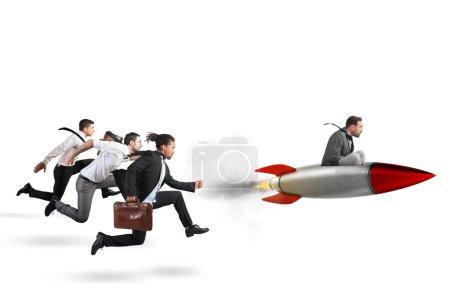 Photo pour Homme d'affaires volant avec une fusée lors d'une course avec un adversaire - image libre de droit