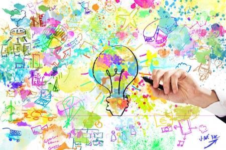 Photo pour Homme d'affaires dessine un projet d'entreprise créatif avec des couleurs vives et des croquis d'entreprise - image libre de droit