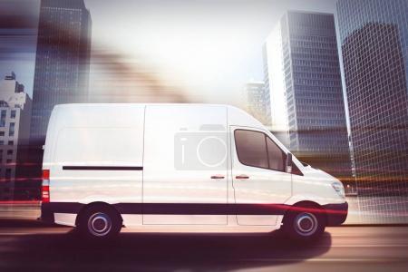 Photo pour Camion en mouvement sur une route de ville avec des gratte-ciel arrière-plan. Rendu 3D - image libre de droit