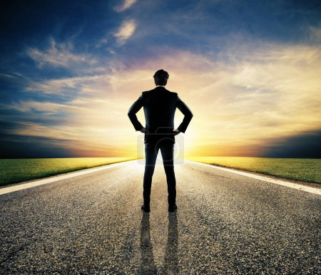 Homme d'affaires marche sur une route inconnue