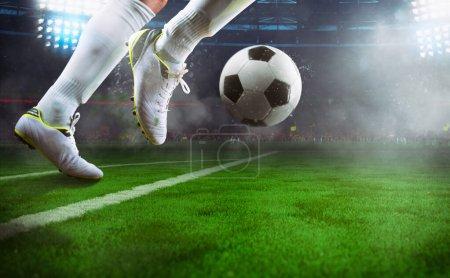Photo pour Photo rapprochée d'un ballon de contrôle d'un footballeur en marche - image libre de droit