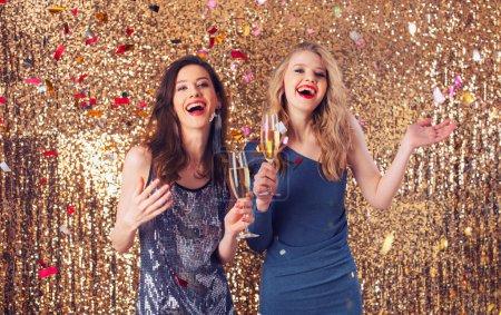 Photo pour Filles heureuses boire du vin mousseux pour célébrer la nouvelle année - image libre de droit