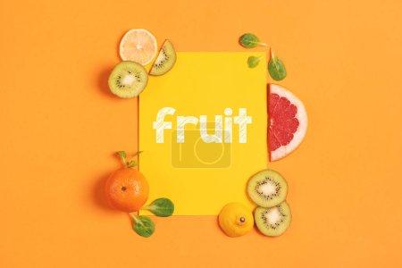 Skład owoców cytrusowych, pomarańczy, cytryny i kiwi na żółtym tle