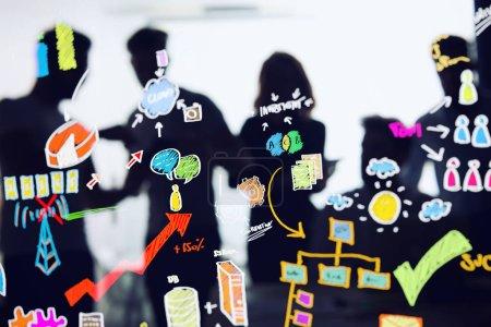 Photo pour Contexte des gens d'affaires et esquisse d'un projet. Concept d'innovation, de travail en équipe et de démarrage - image libre de droit