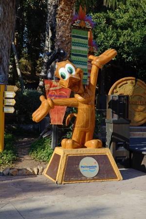 Photo pour PORT AVENTURA, ESPAGNE - 26 MAI : La statue de canard en bois se trouve dans le parc d'attractions Port Aventura le 26 mai 2015 à Salou, en Espagne. Le parc a une plus haute montagne russe en Europe avec 76m . - image libre de droit