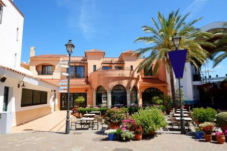 Photo pour Le restaurant extérieur de l'hôtel de luxe Costa Dorada, Espagne - image libre de droit