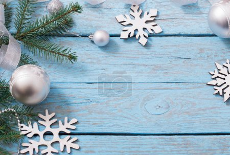 Photo pour Décoration de Noël sur fond de bois bleu - image libre de droit