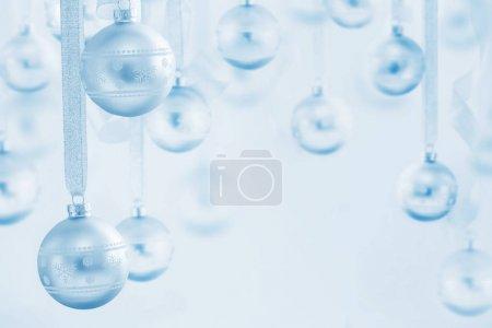 Photo pour Boules de Noël bleues sur fond bleu - image libre de droit