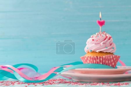 Photo pour Cupcake rose sur fond de bois bleu - image libre de droit