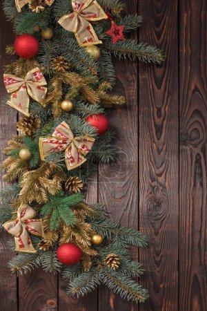Photo pour Branches de sapin avec décor de Noël sur fond vieux bois foncé - image libre de droit