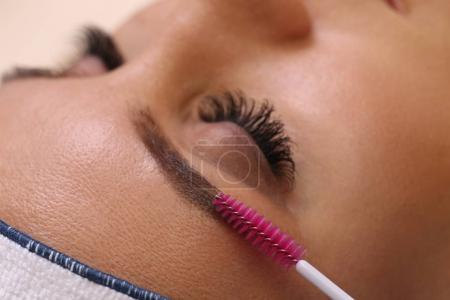 Photo pour Maquillage maître corrige, donne forme précédemment sourcils dans un salon de beauté. Soins professionnels pour le visage . - image libre de droit