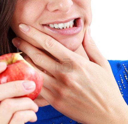 Photo pour Gros plan de la femme dans la douleur forte de mal de dents avec les mains sur le visage. Concept de santé et de soins dentaires. Isolé sur fond blanc . - image libre de droit