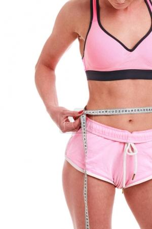 Fitness-Frau mit Maßband isoliert auf weißem Hintergrund