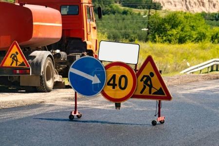 Foto de Camino bajo alerta de construcción. - Imagen libre de derechos