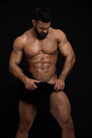 Photo pour Modèle masculin musclé en studio - image libre de droit
