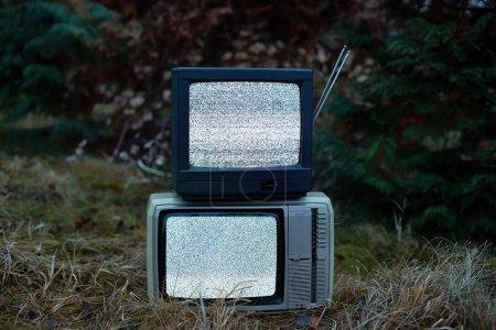 Photo pour Bruit blanc et rien sur deux téléviseurs analogiques en extérieur - image libre de droit