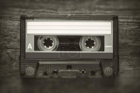 Photo pour Photo rétro stylisée de cassette audio vintage avec effet flou et bruit . - image libre de droit