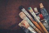 """Постер, картина, фотообои """"Художник кисти, краски трубы крупным планом на фоне коричневой холст. Скопируйте пространства для текста"""""""