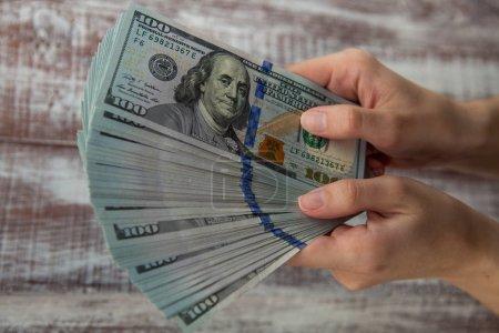 Photo pour Femme tenant des dollars, billets, gros plan - image libre de droit