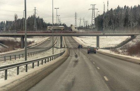 Photo pour Circulation routière en Finlande par une journée nuageuse d'hiver - image libre de droit