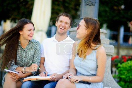 Drei Studenten bereiten sich auf Prüfungen vor.