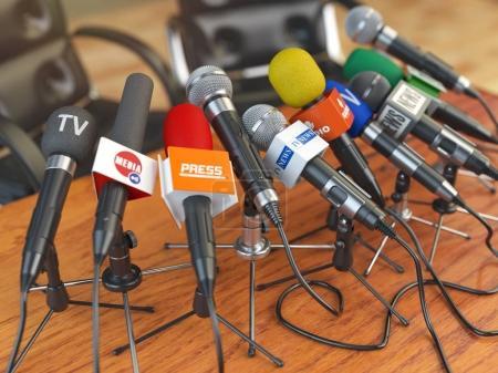 Photo pour Conférence de presse ou concept d'interview. Microphones de différents médias de masse, radio, télévision et presse préparés pour la réunion de conférence. Illustration 3d - image libre de droit