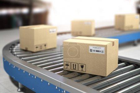 Boîtes en carton sur convoyeur en entrepôt. Livraison, stockage et