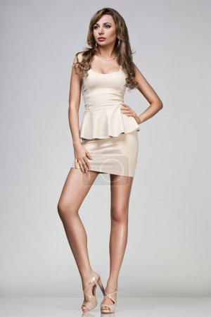Photo pour Belle femme en robe beige - image libre de droit