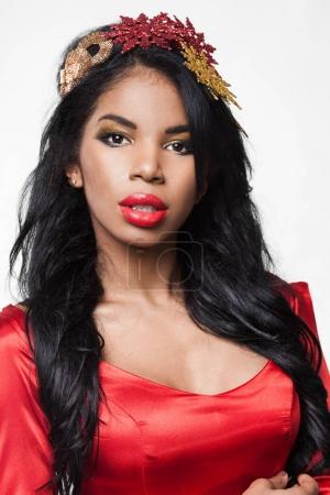 Photo pour Élégante fille mulâtre avec couronne - image libre de droit