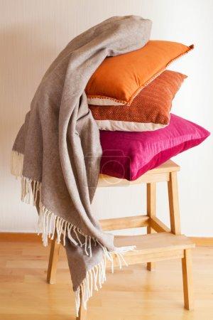 Photo pour Coussin coloré jeter ambiance confortable à la maison - image libre de droit