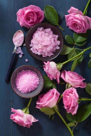 Photo pour Sel aux herbes fleur rose pour spa et aromathérapie - image libre de droit