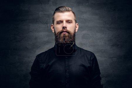 Photo pour Portrait d'homme barbu hipster en studio - image libre de droit