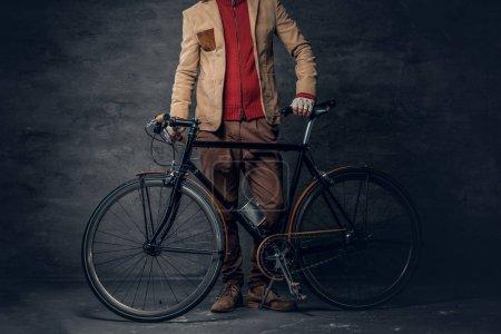 Photo pour Vélo d'un hipster monovitesse vintage authentique sur fond de mur gris. - image libre de droit