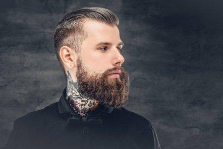 Photo pour Bel homme barbu avec tatouage sur le cou . - image libre de droit