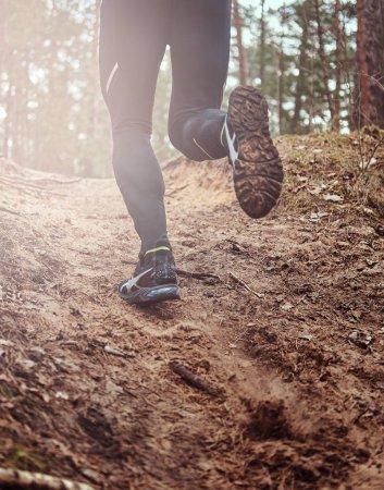 Photo pour Sportif le long de la piste forestière. Une manière active de la vie, vue arrière. - image libre de droit