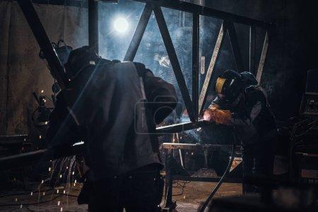 Photo pour Travail de soudage et de construction métallique dans une usine métallurgique occupée - image libre de droit